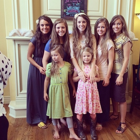 Jana Duggar standing in the middle alongside all her six younger sisters.