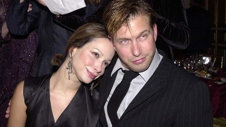 Stephen Baldwin with his wife Kennya Baldwin leaning n his shoulder from the front.