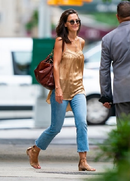 Katie Holmes was walking around NYC by herself on Saturday.