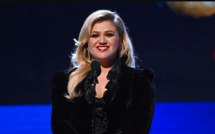 "Kelly Clarkson Labels a Past Few Months ""Horribly Sad"""