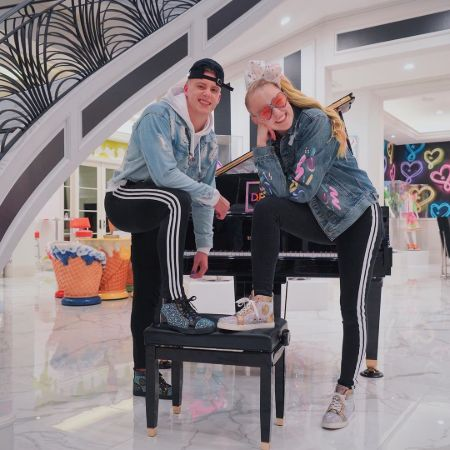 Snippet of JoJo Siwa and Elliott which initially started their relationship rumors.