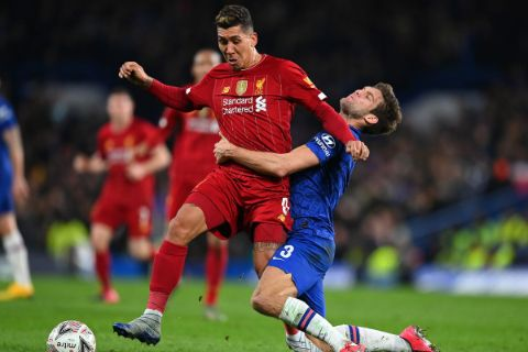Roberto Firmino dribbling past a Chelsea defender.