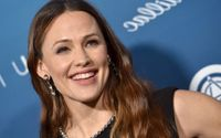 Jennifer Garner Looks Better in Sexy Skintight PVC Pants For NBA Game